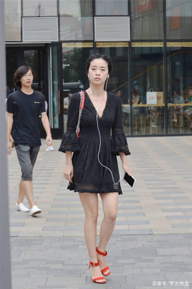 黑色连衣短裙搭配红色一字带细高跟,简约时尚的穿搭,衬托身材